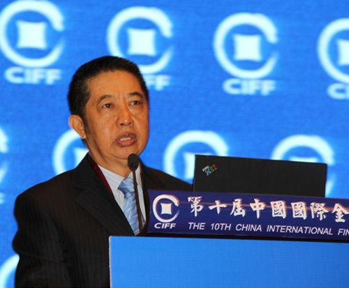"""""""第十届中国国际金融论坛""""于2013年10月27-28日在上海举行。上图为中国人民银行原副行长、中国金融会计学会会长马德伦。"""