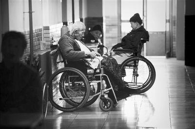 3月22日,大兴泰富春老年公寓走廊里,老人们安静地坐着。资料图片/新京报记者 尹亚飞 摄
