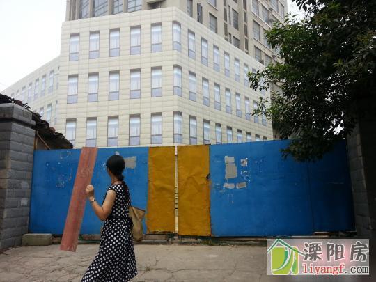 """南京十年烂尾楼糊上塑料布""""遮羞"""" 如此完美难以分辨"""