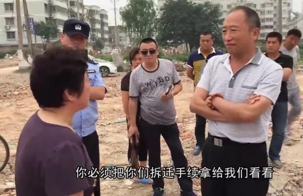 """安徽信访干部笑对拆迁户 称""""不服去告政府"""""""